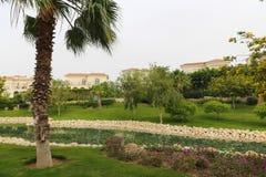Schönes Haus mit Palmegarten stockbilder