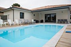 Schönes Haus mit Swimmingpool im Yard Stockfotos