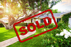 Schönes Haus mit Verkaufsstempel-Überlagerung Lizenzfreie Stockbilder