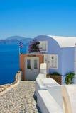Schönes Haus mit weißen Fenstern auf Santorini Lizenzfreie Stockfotos