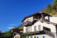 Schönes Haus nahe dem Wald Stockfoto
