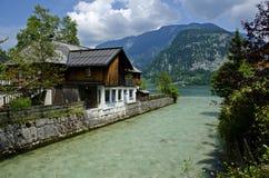Schönes Haus am Rand eines Flusses und eines Sees stockbilder