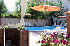 Schönes Haus, Swimmingpoolansicht von der Veranda, Sommertag stockbilder
