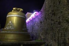 Schönes HDR-Nachtfoto der berühmten großen Glocke in Budva Stockfotos