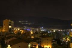 Schönes HDR-Nachtfoto eines populären Ferienbestimmungsortes, die Budva-Stadt Stockbilder