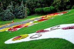 Schönes helles Blumengesteck in einem Blumenbeet Stockfotografie
