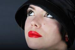 Schönes helles Mädchen im schwarzen Hut Stockfotografie