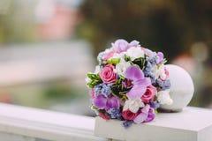 Schönes helles Rosa, purpurroter Brautblumenstrauß auf einem Farbhintergrund, undeutlicher Hintergrund, im Fokus blüht Stockbild