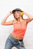 Schönes Hippie-Mädchen, das Musik hört Lizenzfreies Stockbild