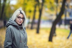 Schönes Hippie-Mädchen mit Gläsern im Herbst Lizenzfreies Stockfoto