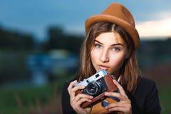 Schönes Hippie-Mädchenschießen Stockfotos