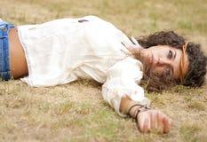 Schönes Hippiemädchen im Park Stockfotos