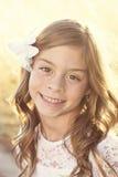 Schönes hispanisches hintergrundbeleuchtetes Porträt des kleinen Mädchens Stockfoto