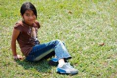 Schönes hispanisches Mädchen draußen Stockfotos