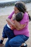 Schönes hispanisches Mutter- und Kindumarmen Lizenzfreie Stockfotografie
