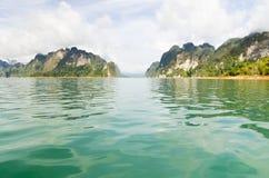 Schönes Hochgebirge und Green River (Guilin von Thailand) Stockfotos