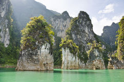 Schönes Hochgebirge und Green River (Guilin von Thailand) Lizenzfreie Stockfotografie