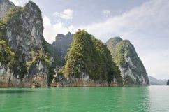 Schönes Hochgebirge und Green River (Guilin von Thailand) Lizenzfreies Stockbild