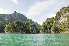 Schönes Hochgebirge und Green River (Guilin von Thailand) Lizenzfreie Stockfotos