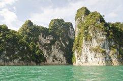 Schönes Hochgebirge und Green River (Guilin von Thailand) Stockfotografie