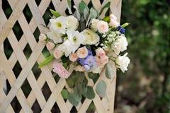 Schönes Hochzeitsgitter verziert mit Blumen Stockfoto