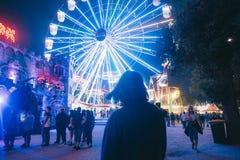 Schönes hohes buntes Riesenrad herein einen Park während eines Festivals stockfotos
