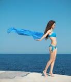 Schönes Holdinggewebe des jungen Mädchens am Wind Stockfotos