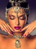 Schönes indisches Frauenporträt mit Schmuck lizenzfreies stockbild