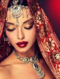 Schönes indisches Frauenporträt mit Schmuck stockfotografie