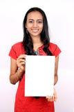 Schönes indisches Mädchen, das eine weiße Fahne anhält. lizenzfreie stockbilder