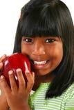 Schönes indisches Mädchen mit Apple stockbild