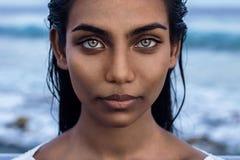 Schönes indisches weibliches Porträt mit blauen Augen Stockfotografie