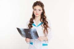 Schönes Interniertmädchen mit dem Röntgenstrahlbild Stockfoto