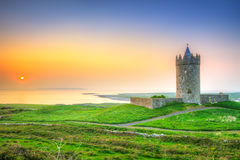 Schönes irisches Schloss nahe Atlantik bei Sonnenuntergang Stockbilder