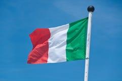 Schönes Italien-Flaggenfliegen im blauen Himmel Stockbild
