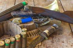 Schönes Jagdgewehr und Ausrüstungen stockbild