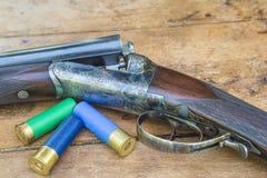 Schönes Jagdgewehr und drei Ärmel schließen oben Lizenzfreie Stockbilder