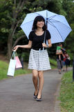 Schönes japanisches Mädchen, das mit Einkaufenbeuteln geht Lizenzfreies Stockfoto