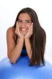 Schönes jugendlich Mädchen, das auf Übungs-Kugel sich lehnt Lizenzfreies Stockbild