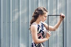 Schönes jugendlich Mädchen, das defektes Glas in ihren Händen hält Konzept, zum von Herausforderungen in der Adoleszenz zu überwi stockfotos