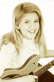 Schönes jugendlich Mädchen, das elektrische Gitarre spielt Stockfotos