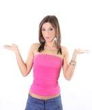 Schönes jugendlich Mädchen, das etwas auf Palmen zeigt Lizenzfreie Stockfotos