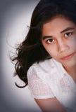Schönes jugendlich Mädchen, das oben, ernster Ausdruck schaut Lizenzfreies Stockfoto