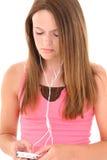 Schönes jugendlich Mädchen, das zu den Kopfhörern hört stockbilder