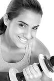 Schönes jugendlich Mädchen in der Trainings-Kleidung mit Gewichten Stockfotos