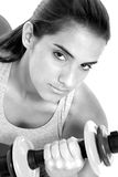 Schönes jugendlich Mädchen in der Trainings-Kleidung und in den Handgewichten Stockfotografie