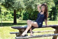 Schönes jugendlich Mädchen draußen (4) Stockbilder
