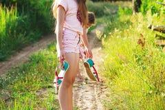 Schönes jugendlich Mädchen geht barfuß an der Sandstraße auf warmer Summe Stockbild