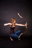 Schönes jugendlich Mädchen mit Bogen Stockfotos