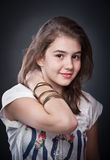 Schönes jugendlich Mädchen mit dem braunen geraden Haar, werfend auf Hintergrund auf Lizenzfreies Stockbild